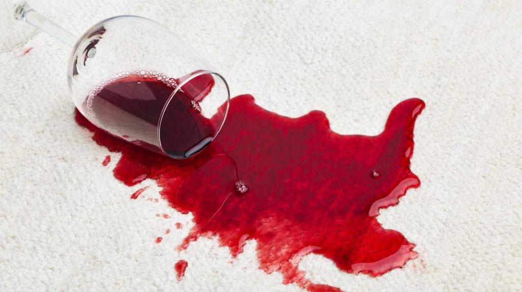 <p>Om du får vinfläckar på en duk eller ett plagg ska du doppa fläcken i kokande mjölk. </p>