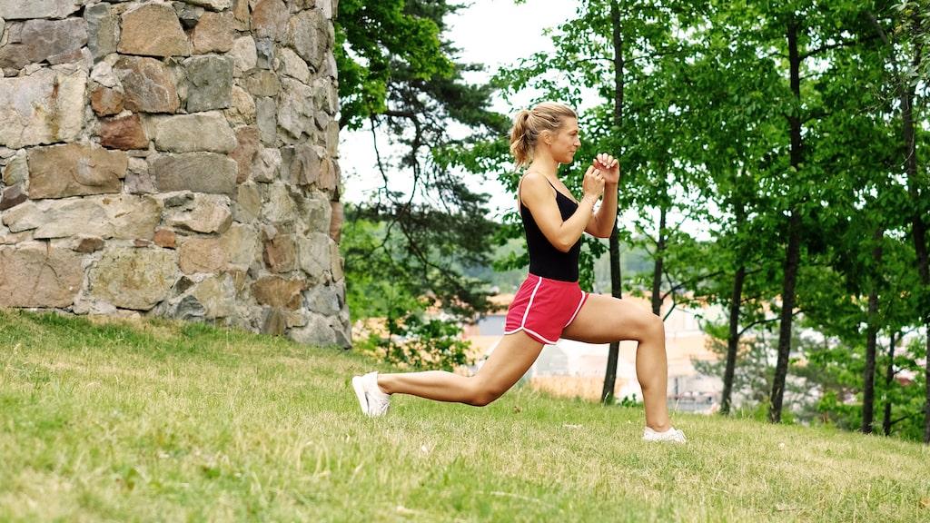 Utfall med kick. Kliv fram, sjunk rakt ner med kroppen tills båda benen är cirka 90 grader och du är i utfallsposition.