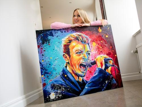 """Konstnären Marie Plosjö med målningen """"Bowie"""". För tillfället håller hon på med en målning av Freddie Mercury, sångare i bandet Queen."""