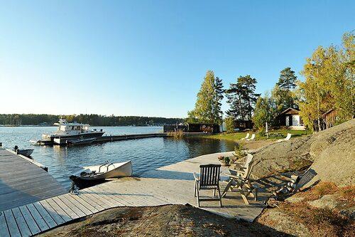 Tre hus samsas på ön som sträcker sig över 3,3 hektar.