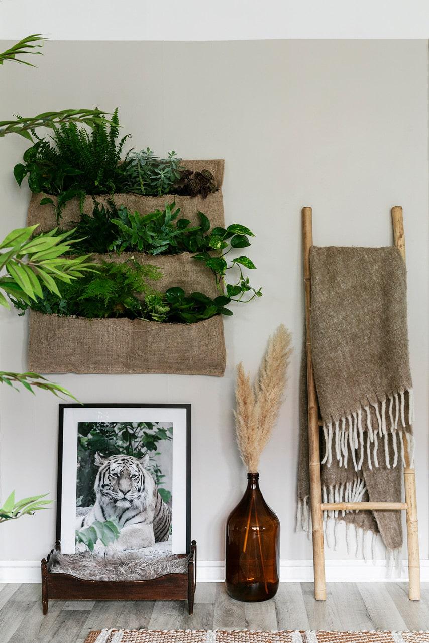 Växtväggen har Myriam gjort av en grundkonstruktion från Plantagen som hon klätt med jutetyg från Biltema. Kattsäng, Zooplus, fototavla, LS Cover Design, flaska, loppis, stege, Jysk, pläd, Mogihome.