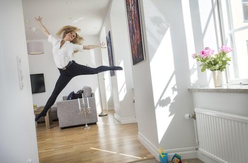 """Marie och familjen trivs bra i nya lägenheten i Visby. """"Sen stunden vi bestämde oss för att flytta hit så har det känts helt fantastiskt!"""""""
