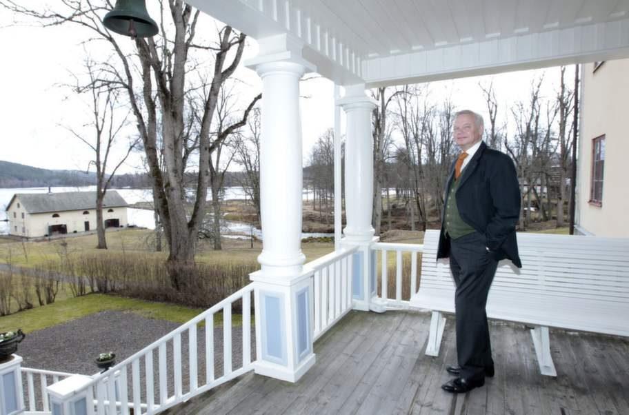"""Vackra vidder. Carl Jan njuter av utsikten. """"Vidder är härligt, parken omgärdas av en 18-håls golfbana, en brusande fors och av den milsvida sjön Saxen"""", säger Carl Jan."""