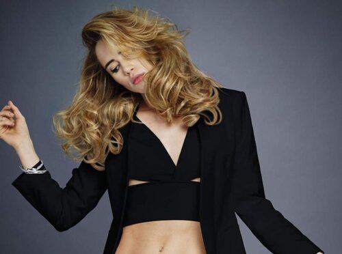 """Äkta drömhår. Brittiska modellen Suki Waterhouse i kampanj för Redkens """"Diamond Oil Glow Dry""""."""
