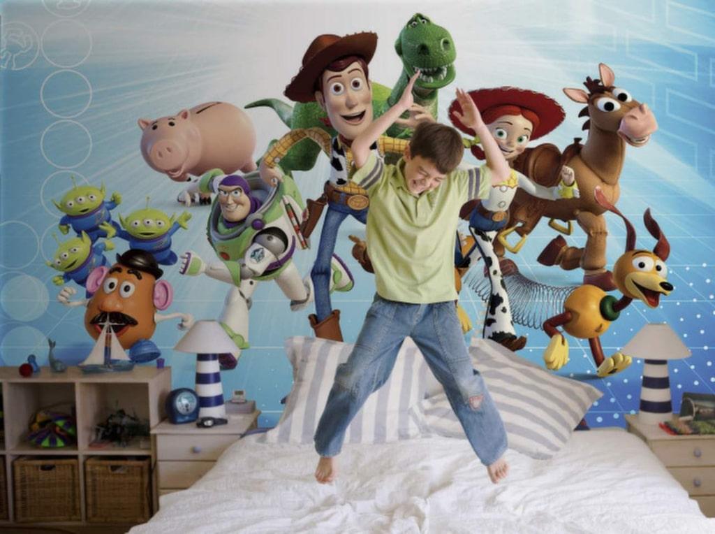 Ha roligt med Toy Story i barnrummet? Livlig och rolig fototapet.