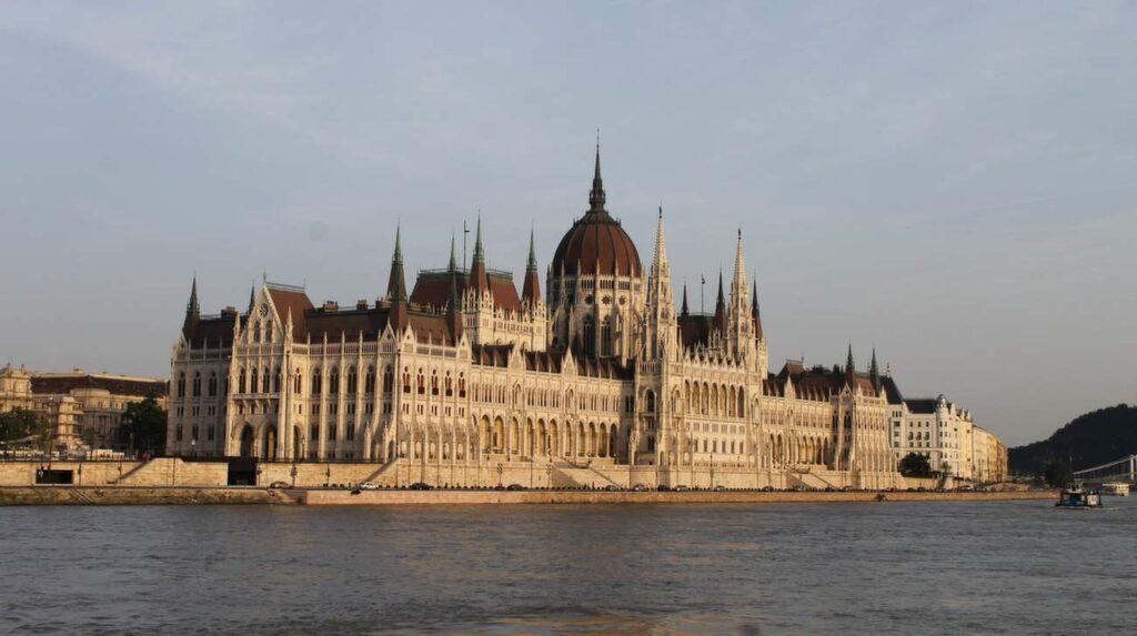 Parlamentet syns bra från en rundtur med båt.