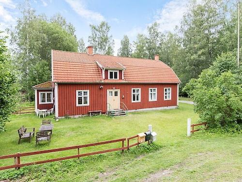 I huset finns två bostadslägenheter, en på vardera våningsplan.