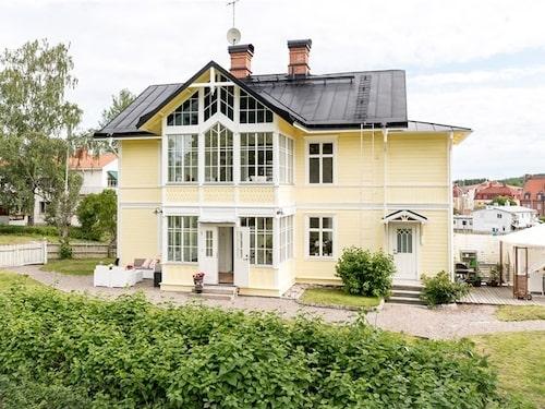 Den pampiga villan är byggd 1880 och ligger i Fagersta.