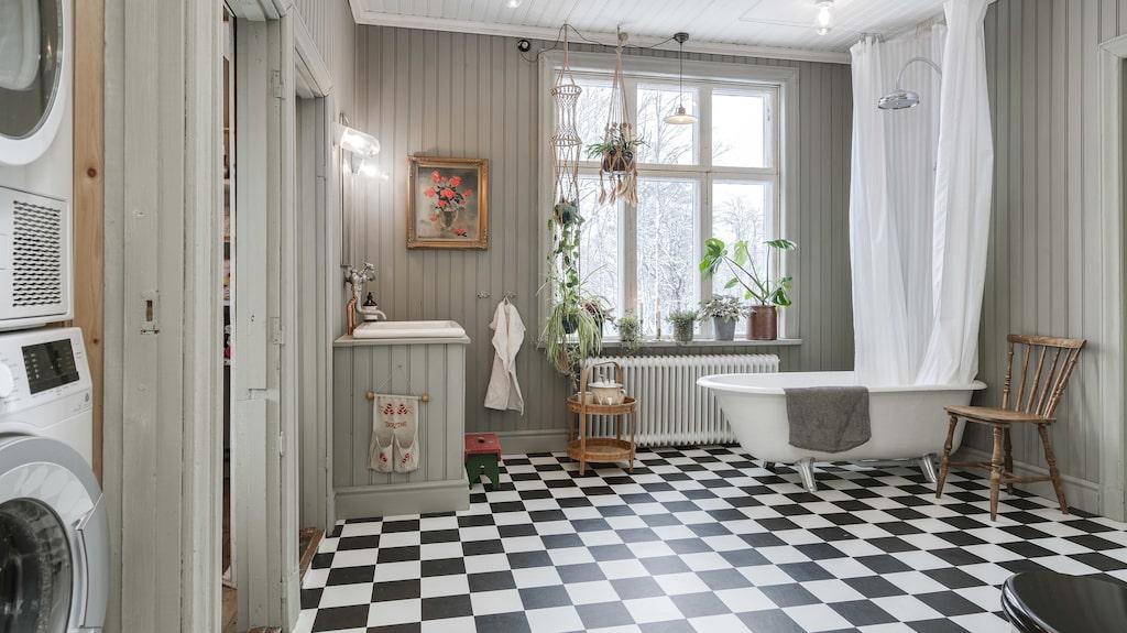 Badrummen är något alldeles extra - under den charmiga pärlsponten gömmer sig ett modernt tätskikt. Se fler bilder i artikeln.