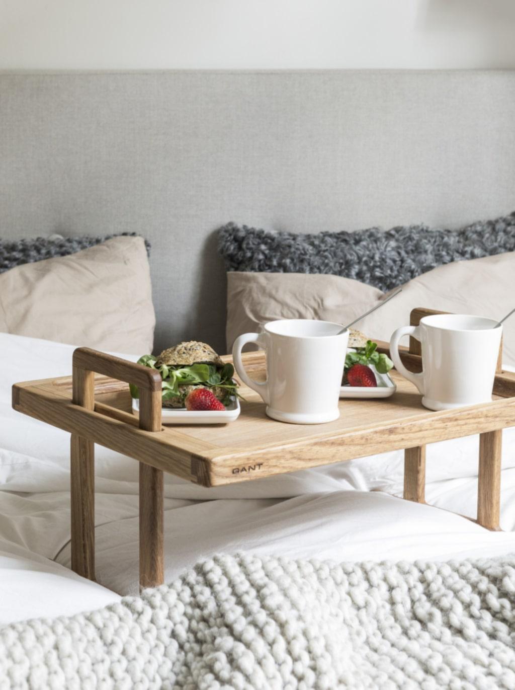Morgonstund. På helgerna börjar dagen med frukost i sängen. Bricka och porslin från Gant, Vålamagasinet.