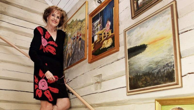 En tavelvägg pryder uppgången till ovanvåningen. Bland målningarna märks ett självporträtt från 80-talet.