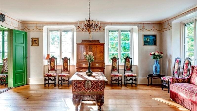 Salen har tapetserade väggar och ett härligt ljusinsläpp från två olika väderstreck.