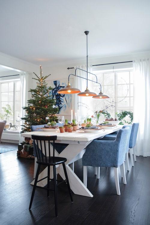 Matbordet har en snickare specialbyggt till dem och stolarna kommer från Englesson. Lampan från Atmosphere.