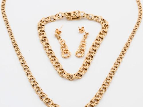 Ett set med fyra Bismarcksmycken – ett halsband, ett armband, ett par örhängen och en ring (18k) – med en totalvikt på 26,5 gram, har sålts på auktion för 7 890 kronor.