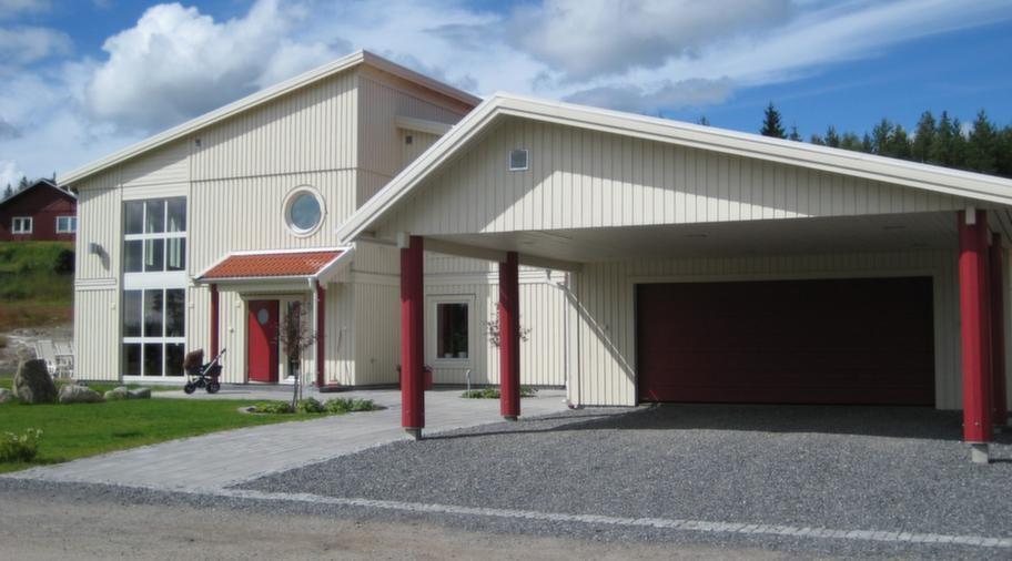 <strong>Egendesignat garage</strong><br>Garage till en nybyggd villa, 7,2 x 10,8 meter med en carport på 6 meter, tillägg för egendesignad takstol & port, cirka 119 000 kronor.<br>Info: lovangersbygg.se