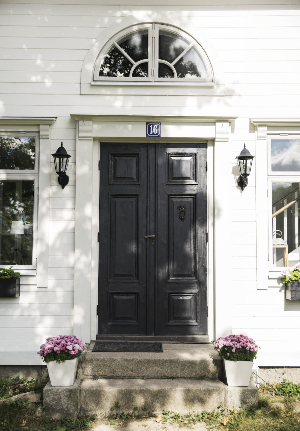 Dörren är original men Mirjam har målat den en gång med linoljefärg från Gysinge.