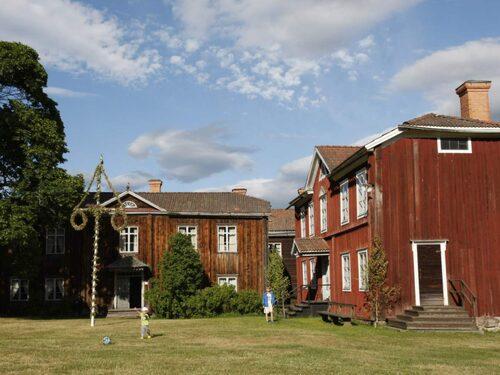 Hälsinggårdsvägen går förbi flera av de Hälsingegårdar som finns med på Unescos lista äver världsarv.