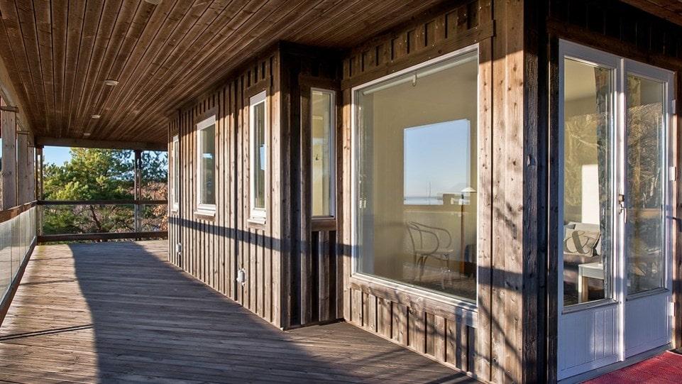 Annexet, som är ett gästhus, är på 80 kvadratmeter och har två rum, pentry, badrum och stort förråd.