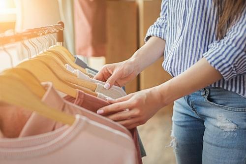 Att börja köpa kläder begagnat i stället för nytt är ett bra steg för att minska sin egen klimatpåverkan.