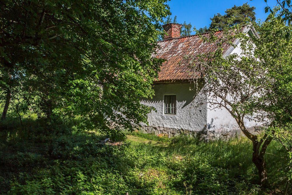 Miljön är vacker och grönskande, och tomtem på hela 2011 kvadratmeter.