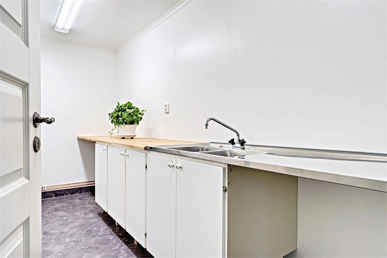På entréplanet ligger nybyggda tvättstugan där det är förberett för tvättmaskin och torktumlare.