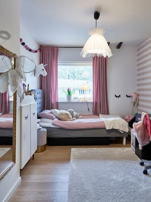 Linnea har gjort om skåpet och taklampan till dottern Vera. Skåpet är från början ett Ivarskåp, från Ikea. Tapet Harlequin, Ferm Living.