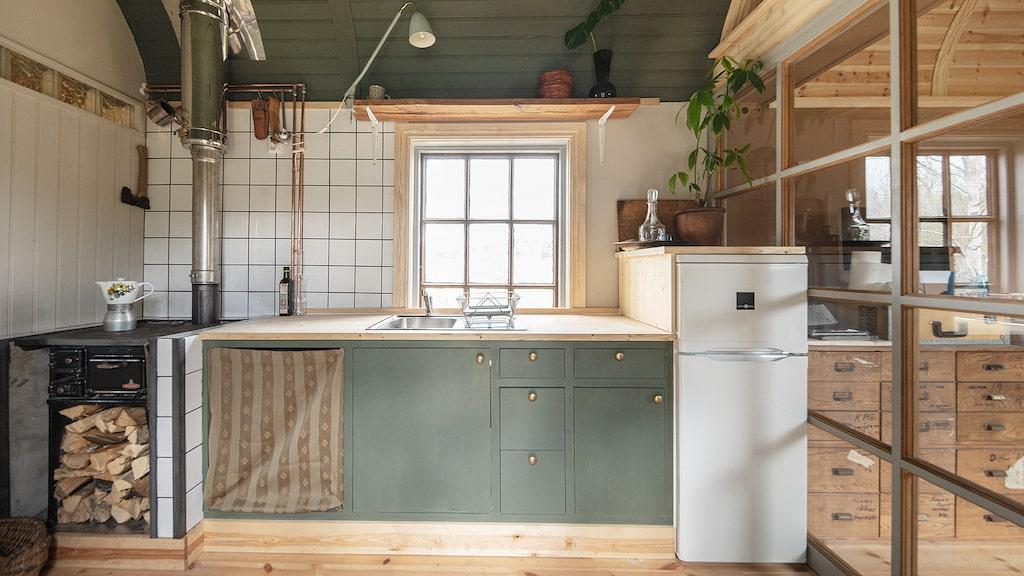I köket finns i nuläget en vedspis men det är förberett för en el- eller gasspis för den som vill sätta in det.