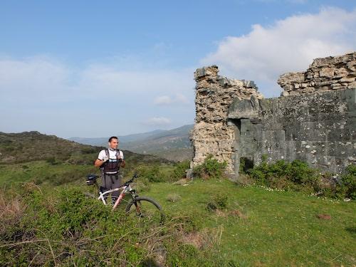 Under cykelutflykten passerar vi flera ruiner.