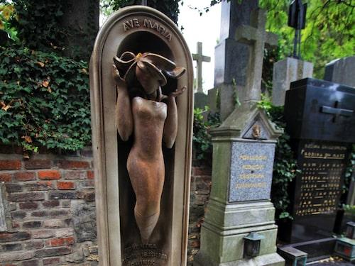 På Vyšehrads begravningsplats vilar många av Tjeckiens stora kulturpersonligheter – ofta i gravar som är som konstverk.