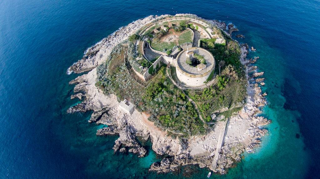 Ett schweiziskt företag ska omvandla fästningen  Mamula.