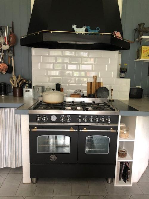 Med två kockar i huset har man satsat på en ordentlig gasspis. Den exklusiva spisen är av märket Bertazzoni. I köket har var sak sin plats.