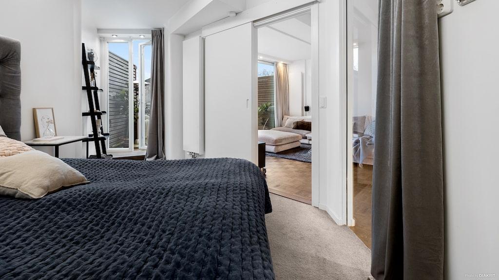 Sovrummet har utgång till balkongen.