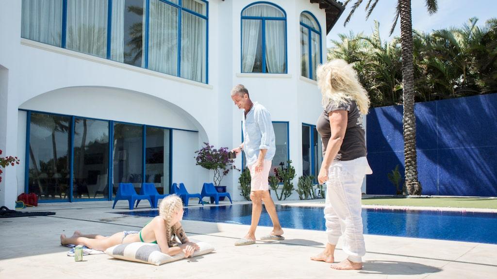 Dottern Peg, Jesper och Mia vid poolen på husets baksida.