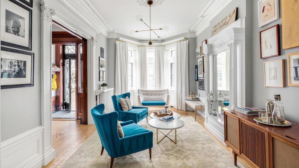 Ett av vardagsrummen med vackra blå fotöljer.