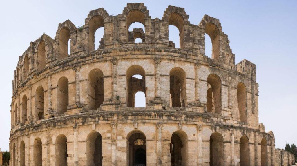 Gladiatorarenan i El Jem, som stod färdig år 230 och hade plats för 30 000 åskådare, är inte lika stor men mer välbehållen än Colosseum i Rom.