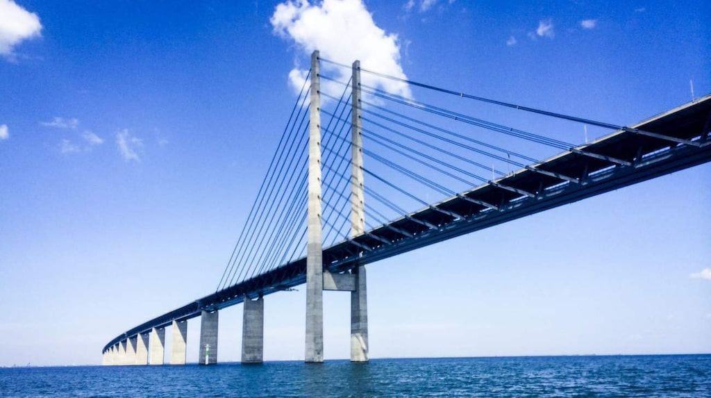 Ta tåget över Öresundsbron mellan Malmö och Köpenhamn.