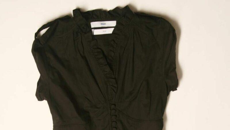 Vänd dina mörka kläder utochin innan du tvättar dem i kallt vatten.
