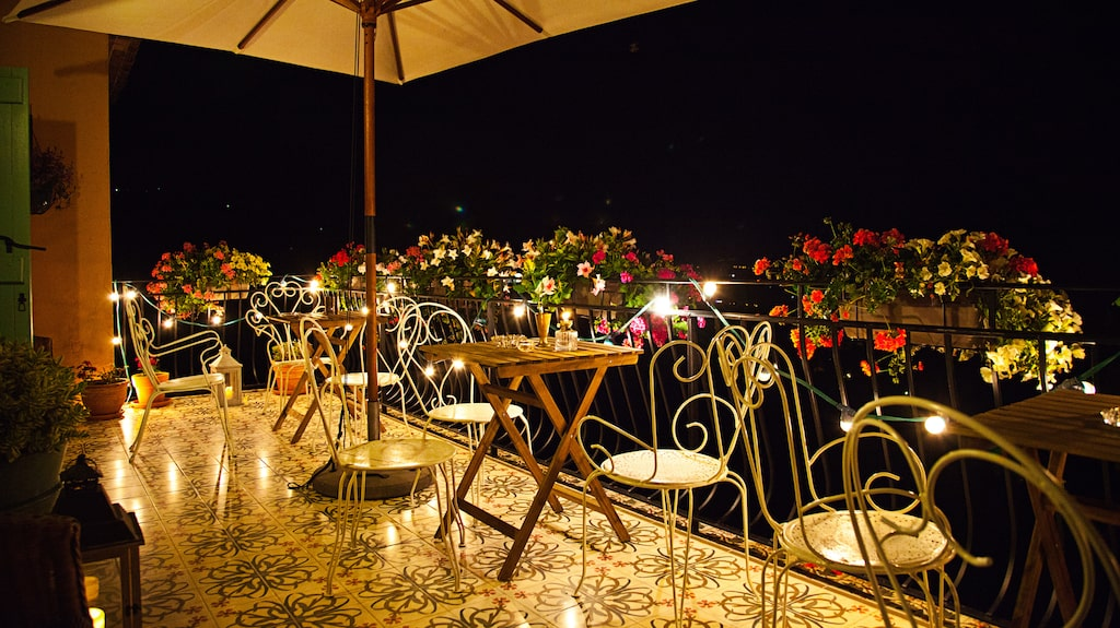 Ståtlig terrass  för frukost och fin utsikt.
