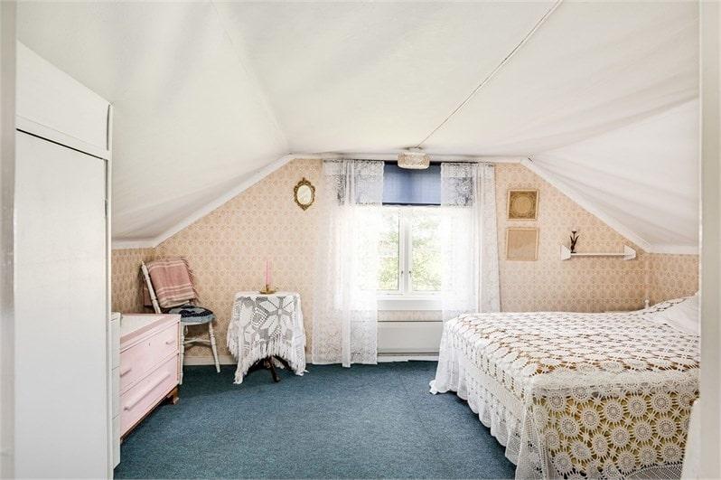 På övervåningen finns två rejäla sovrum.