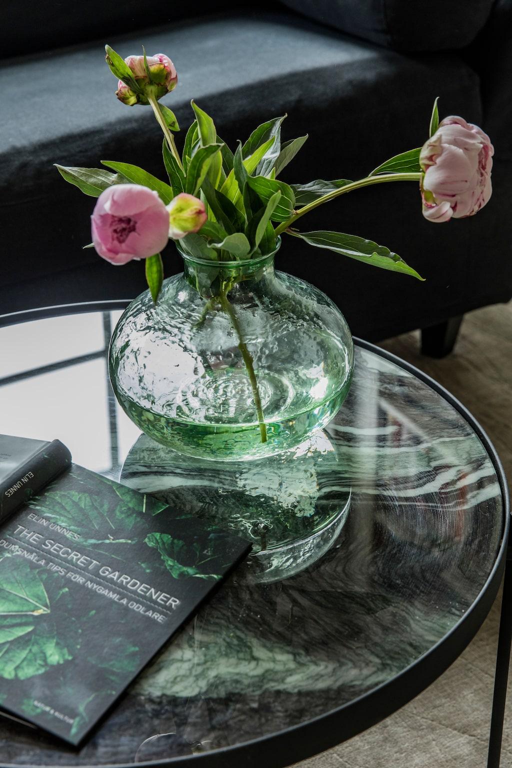 Det marmorerade bordet matchar en av familjens många trädgårdsböcker. Bord, Ellos.