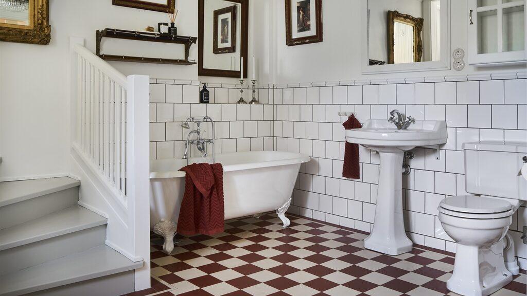 Badrummet som är stort och inrett i gammeldags stil har utgång till både matsal och trädgård.