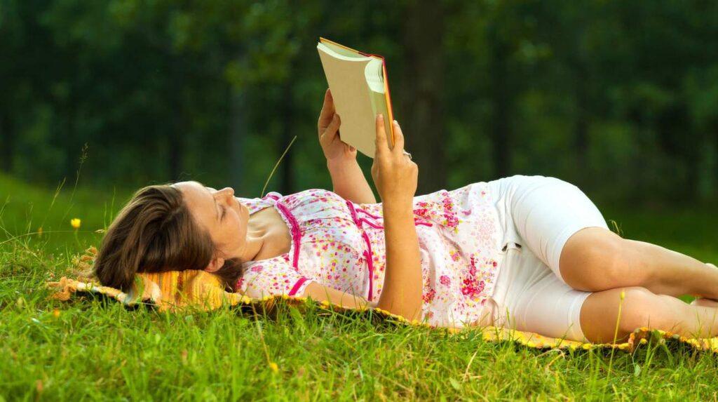 <p>Att ligga och läsa en bok kan kännas avkopplande. Men när du ska återhämta dig är det viktigt att hjärnan inte gör något alls. Inte ens läsa.</p>
