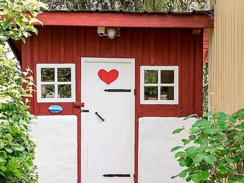 Inget av har husen har vatten indraget, men det lilla utedasset, eventuellt Gotlands finaste, fungerar utmärkt.