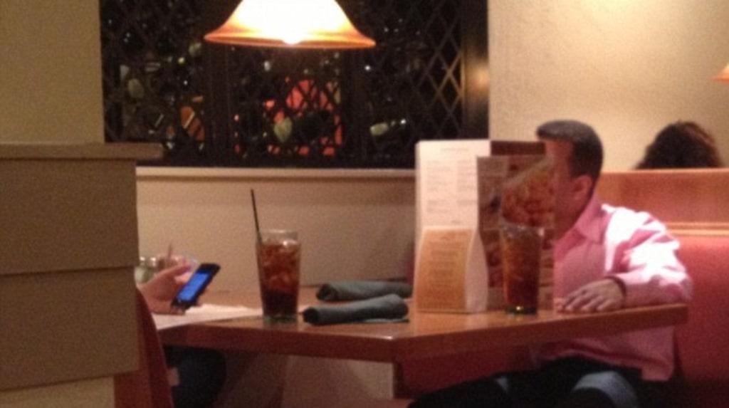 Ibland spårar romantiken bara ur – en vuxen man på middag med flickvännen blir sur och bygger upp en mur av menyer framför sig.