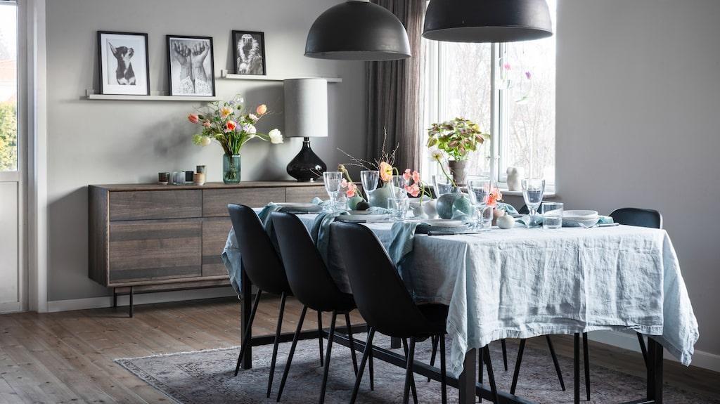 Till våren dukar Isabelle gärna med färska blommor och textiler i härliga pastellkulörer. Linneduk, Himla. Vinglas, Ikea. Vattenglas, Granit. Våfflad kökshandduk som servett, Åhléns.