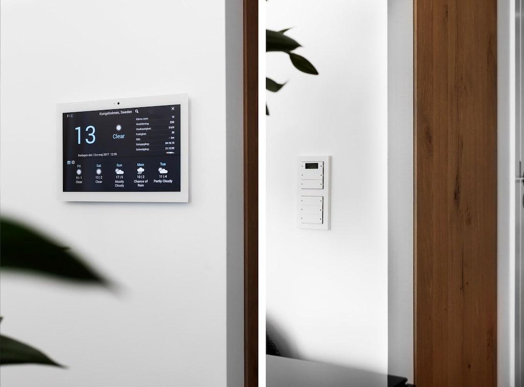 Via kontrollpanelen kan man styra belysning, golvvärme och öppna portentrén.