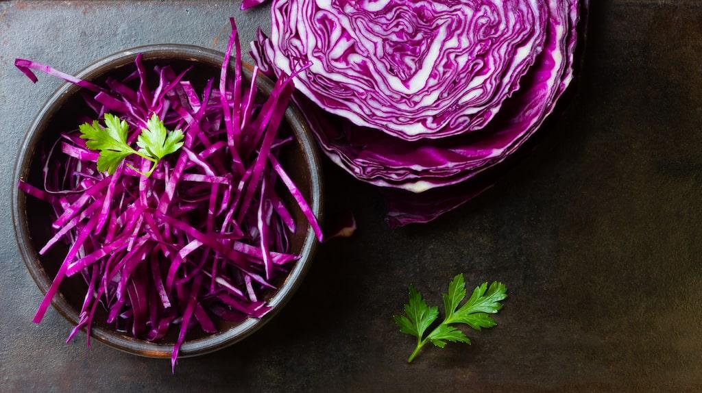 Rödkål är både nyttigt och billigt och förtjänar en plats på vårt matbord året om.