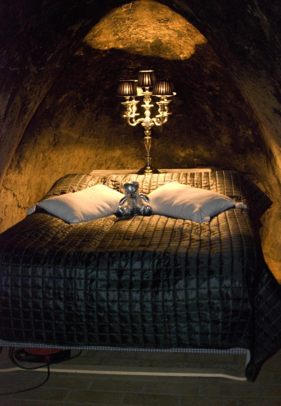 Främst är det par som bokar gruvsviten, och visst passar det mystiska, isolerade och faktiskt ganska romantiska rummet bäst för ett par.