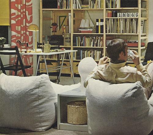 Bosse (nu Ivar) lyfts in i en vardagsrumsmiljö. Ikeakatalogen 1971.