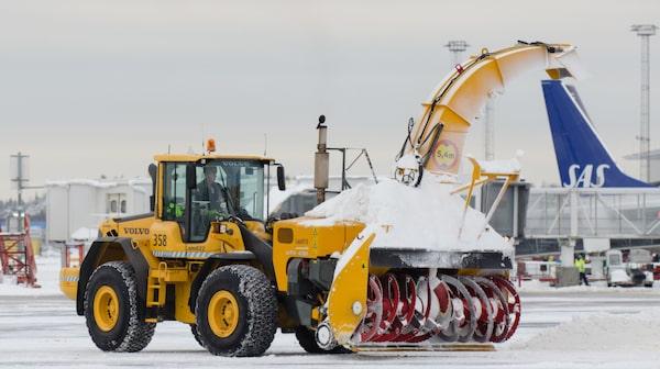 Det tar åtta minuter att röja den längsta banan på snö.